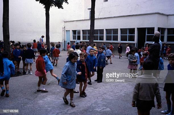 Back To School France septembre 1963 Lors de la rentrée des classes scènes de jeux d'enfants au moment de la récréation dans une cour d'école