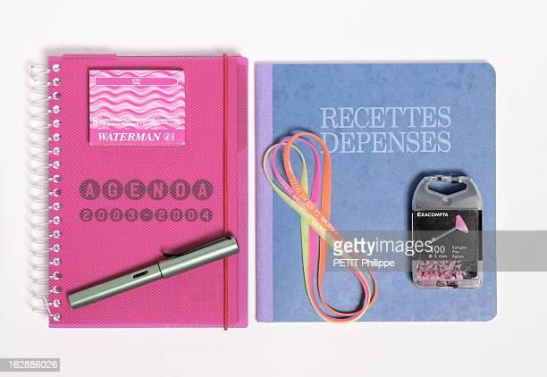 In My Small Paper Pour égayer la rentrée le bureau des grandes personnes prend des couleurs livre de recettes et de dépenses et épingles roses...