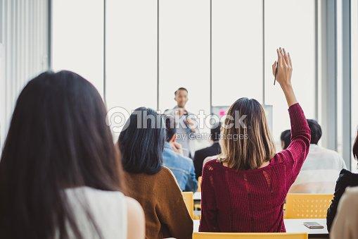 Femme d'affaires de voir lever la main pour demander haut-parleur concept question et réponse en salles pour séminaire de retour : Photo