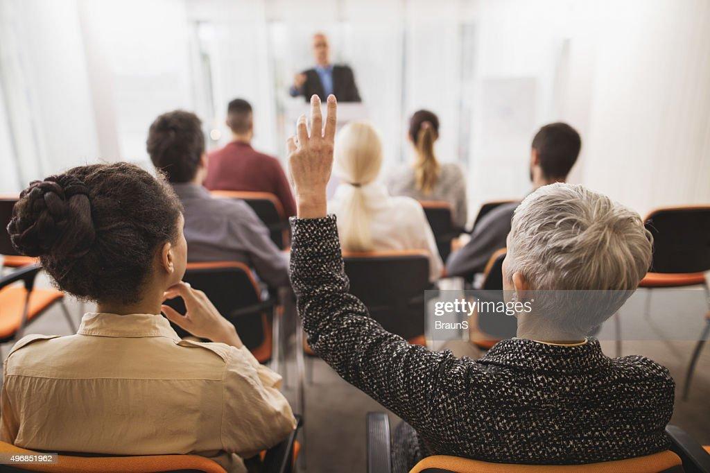 Rückansicht der Geschäftsfrau, der eine Anfrage an ein seminar. : Stock-Foto