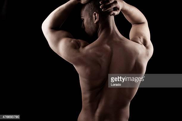 Vista posteriore di un maschio fisico nero