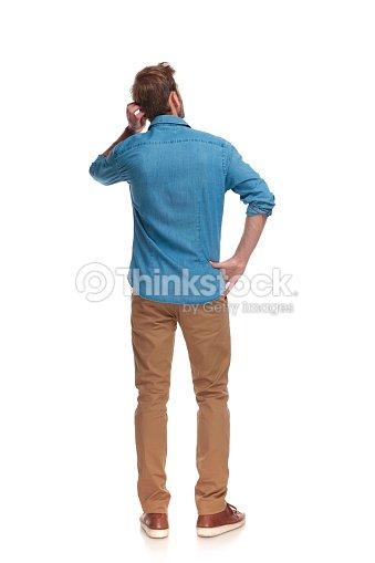 그의 머리를 긁 적 젊은 캐주얼 남자의 뒷면 : 스톡 사진