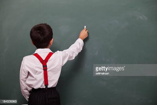 Rückansicht des jungen Schreiben auf leere Tafel
