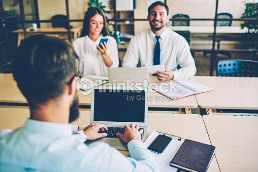 Vue arrière du mâle gestionnaire dactylographie sur ordinateur