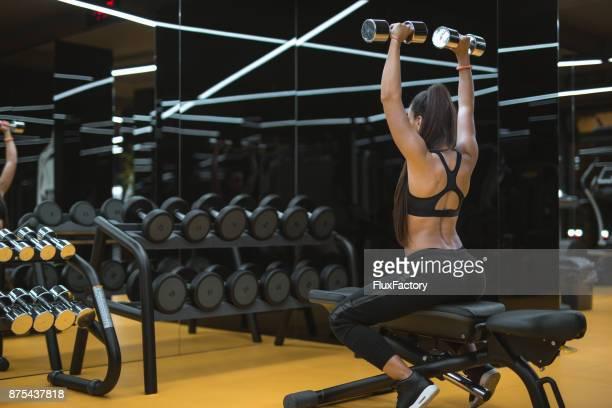 Rückentraining in einem Fitnessstudio
