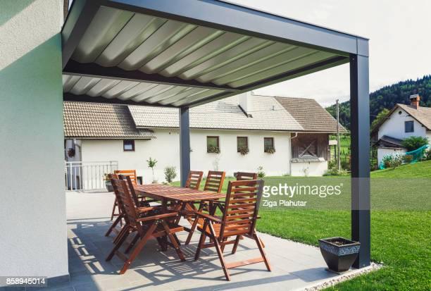 Achtertuin terras met tafel en stoelen