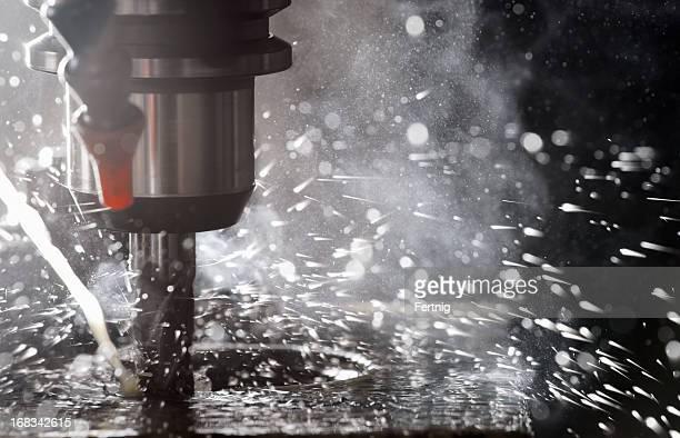 Beleuchtete CNC Fräse in Betrieb Schneiden steel