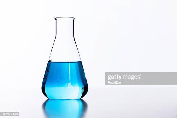 バックライトガラスのラボフラスコ半分にブルーのリキッド