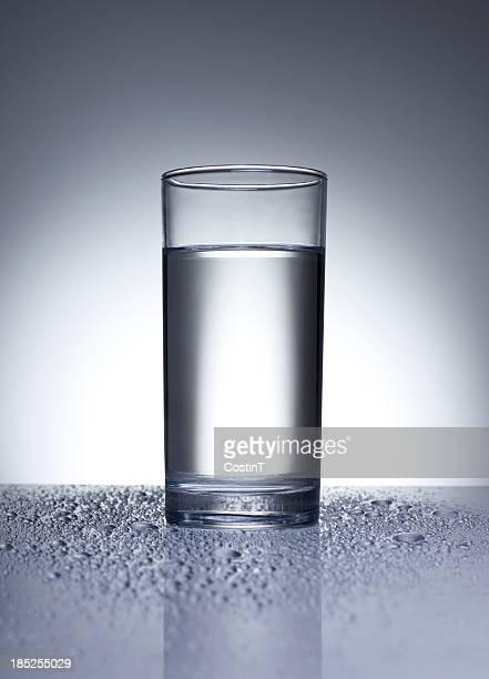 Leuchtendes Glas mit Wasser