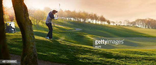 Leuchtendes Golfplatz mit chipping- auf die green golfer