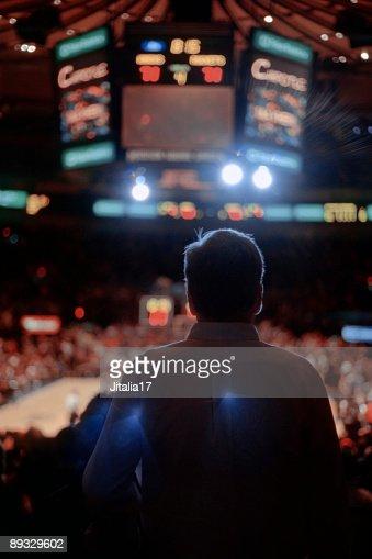 バックライト男性のスポーツイベントの観戦ニューヨーク市