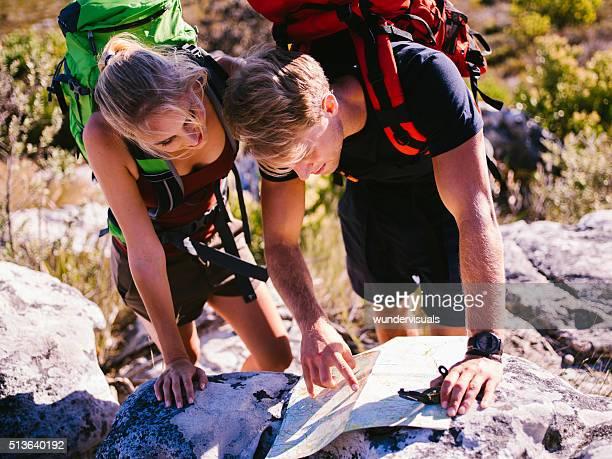 Rucksacktourist Freunde lesen die Karte auf Wandern Ausflug in die Berge