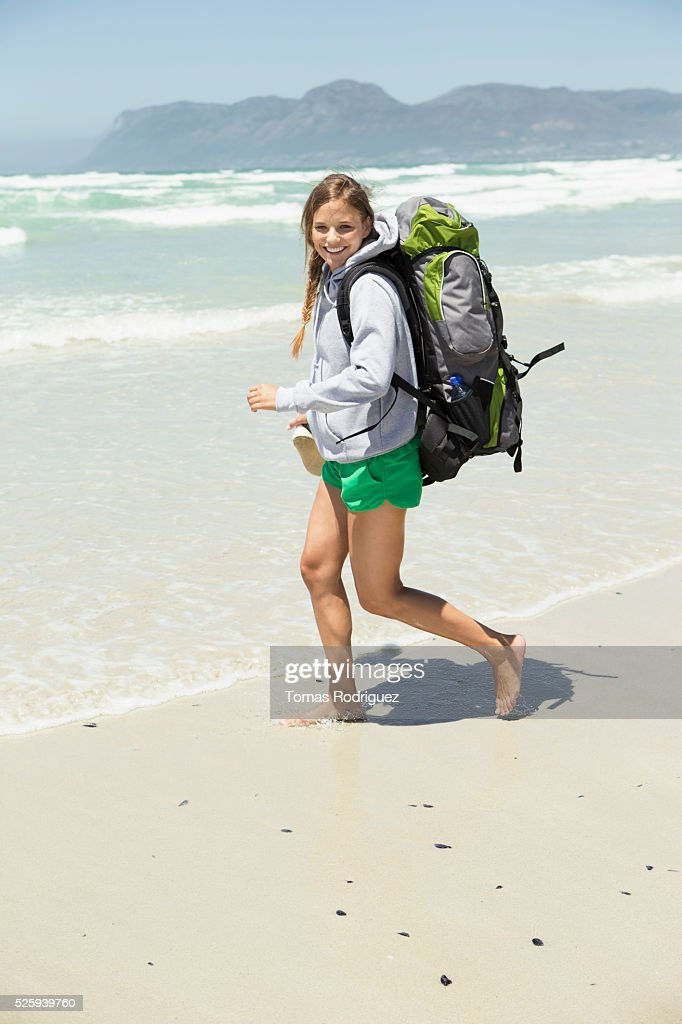 Backpacker walking on beach : Foto de stock