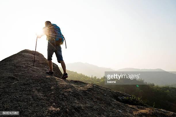 Rucksacktourist gehen auf mountain peak