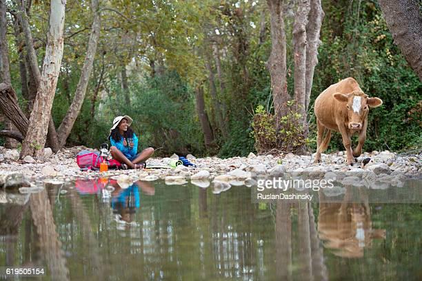 バックパッカーの女性の自然をお楽しみいただけます。