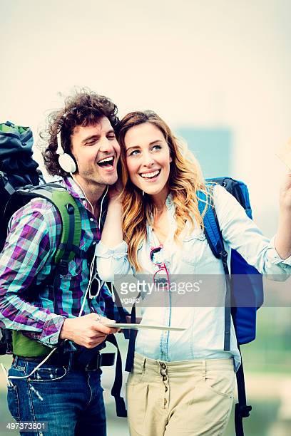 Les randonneurs de couple à l'écoute de la musique ensemble à l'extérieur.