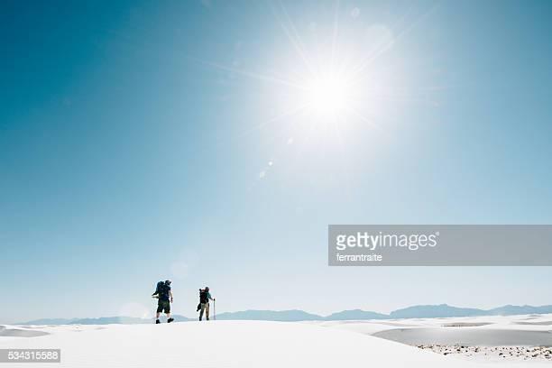 Les randonneurs randonnée sur les dunes du désert