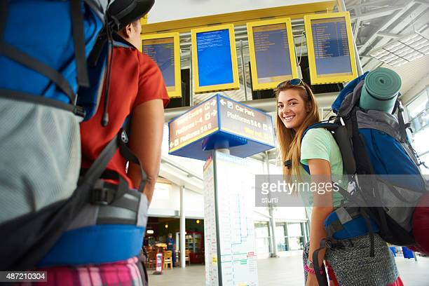 Caminhada amigos no edifício do terminal