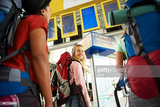 Viajar como mochilero amigos en el edificio de la terminal