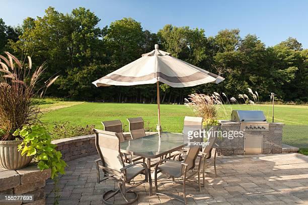 Barbecue dans le jardin avec table et gril.