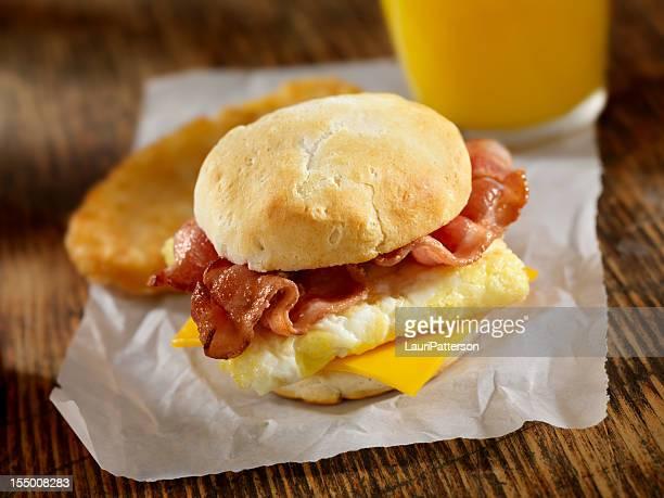 Panino di pancetta e uova per la colazione