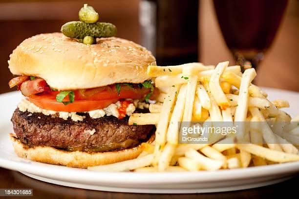 Bacon Cheeseburger con patatine fritte servito nel ristorante