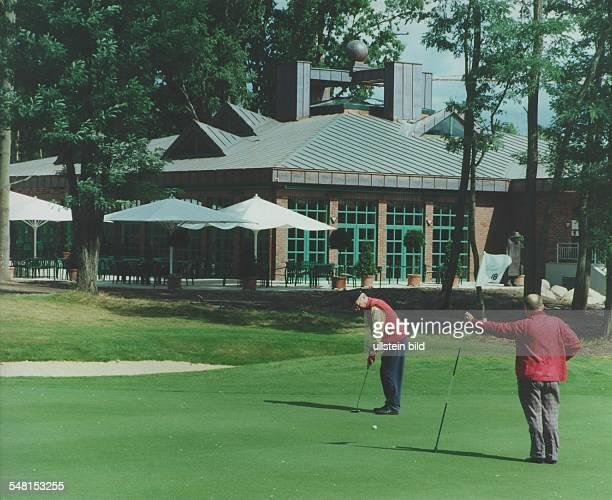 Bad Saarow am Scharmützelsee Zwei Golfer auf dem 'Grün' des ArnoldPalmerPlatzes vor dem neuen Clubhaus September 1995