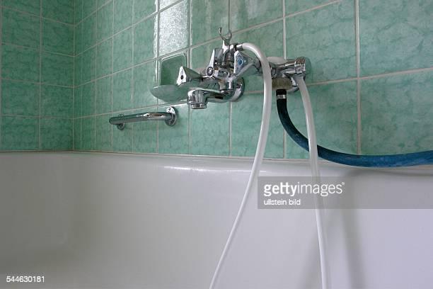badezimmer mit grnen kacheln wasserhahn an der badewanne mit weissem plastikschlauch und waaserschlauch fr die waschmaschine - Badezimmer Grn