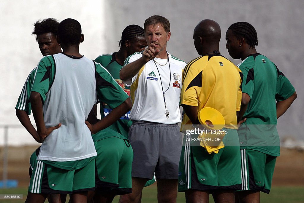 Bafana Bafana coach Stuart Baxter gives his team a talk during a practice at Praia stadum 03 June 2005 on the eve of the World Cup 2006 qualifier...
