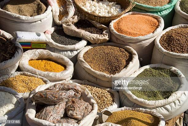 Sac rempli d'épices et herbes sur un marché