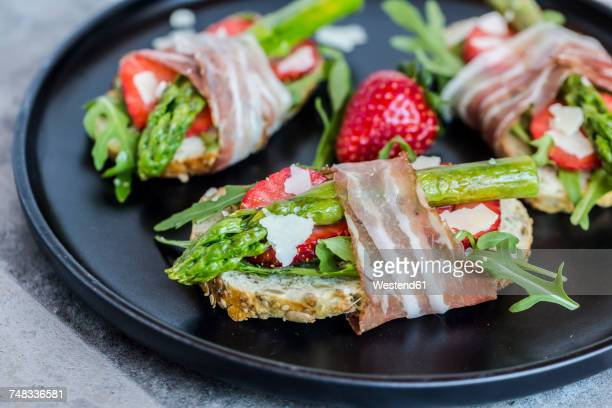 Baguette with strawberries, rocket, asparagus, pecorino flakes and bacon