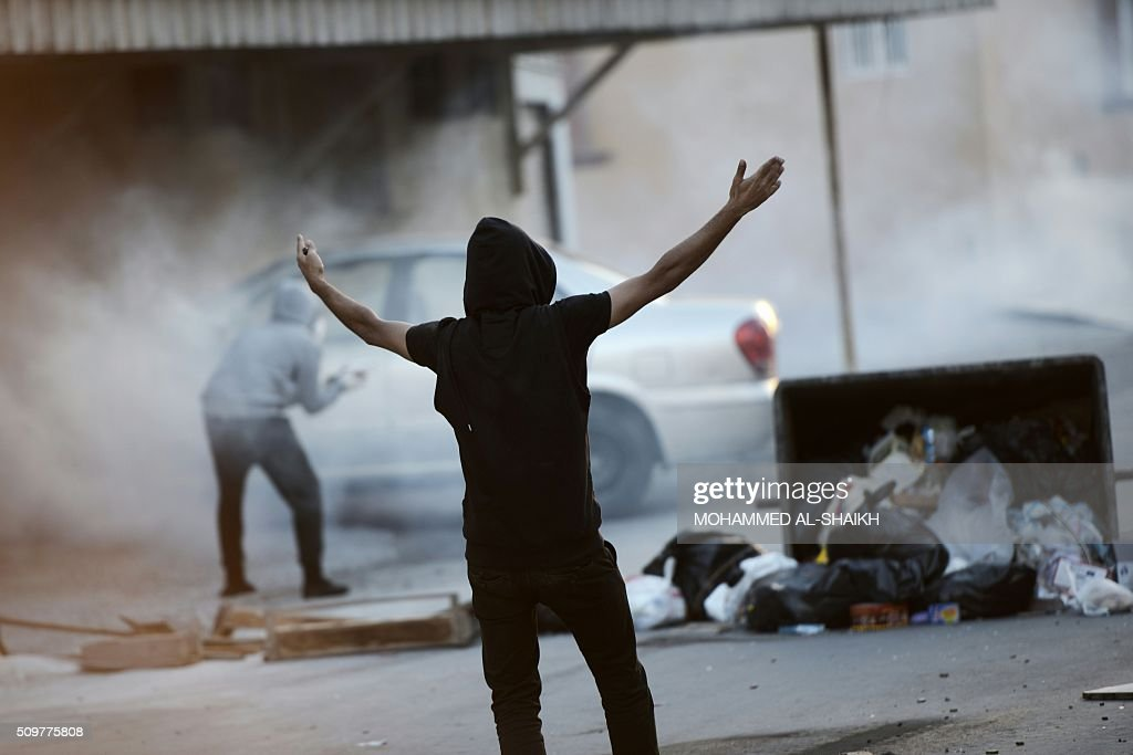 A Bahraini protester shouts slogans during clashes with riot police following a demonstration to mark the fifth anniversary of the Arab Spring-inspired uprising, on February 12, 2015, in the mainly Shiite village of Sitra, south of Manama. Five years after Sunni-ruled Bahrain crushed a popular uprising by the Shiite majority, the kingdom is locked in a political impasse exacerbated by an economic crisis, analysts say. / AFP / MOHAMMED AL-SHAIKH