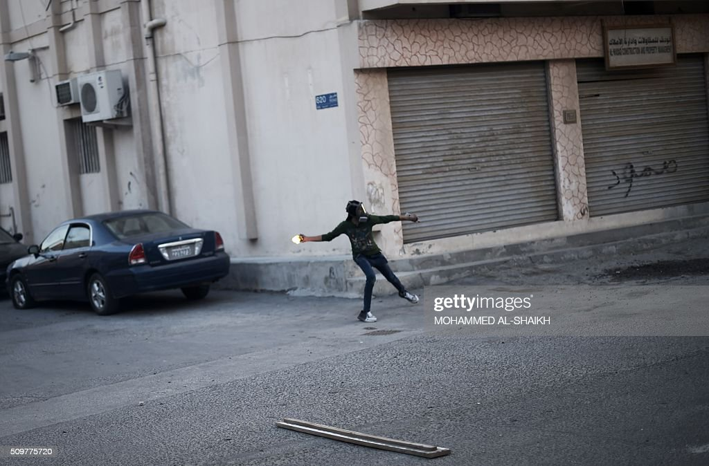 A Bahraini protester throws a petrol bomb at riot police during clashes following a demonstration to mark the fifth anniversary of the Arab Spring-inspired uprising, on February 12, 2015, in the mainly Shiite village of Sitra, south of Manama. Five years after Sunni-ruled Bahrain crushed a popular uprising by the Shiite majority, the kingdom is locked in a political impasse exacerbated by an economic crisis, analysts say. / AFP / MOHAMMED AL-SHAIKH