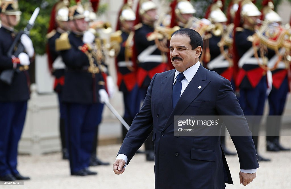 Bahrain's King Hamad bin Isa Al Khalifa walks past Republican Guards as he arrives before his meeting with French President Francois Hollande at the Elysee Palace on August 28, 2014, in Paris, France.