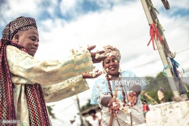 Baiana und Baiano in traditionellen religiösen Kostüm werfen Popcorn in der Luft