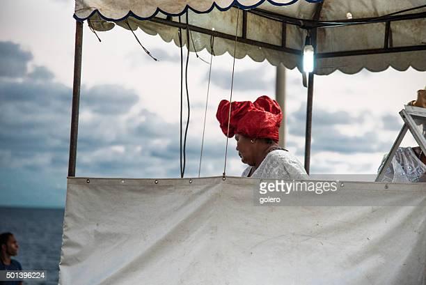 Baiana em bancas do concorrido Acaraje em Salvador da Bahia
