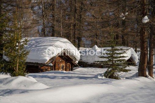 Baita di montagna con neve foto stock thinkstock for Disegni di baite