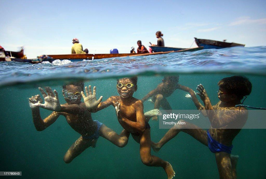 Bajau children swimming underwater : Stock Photo