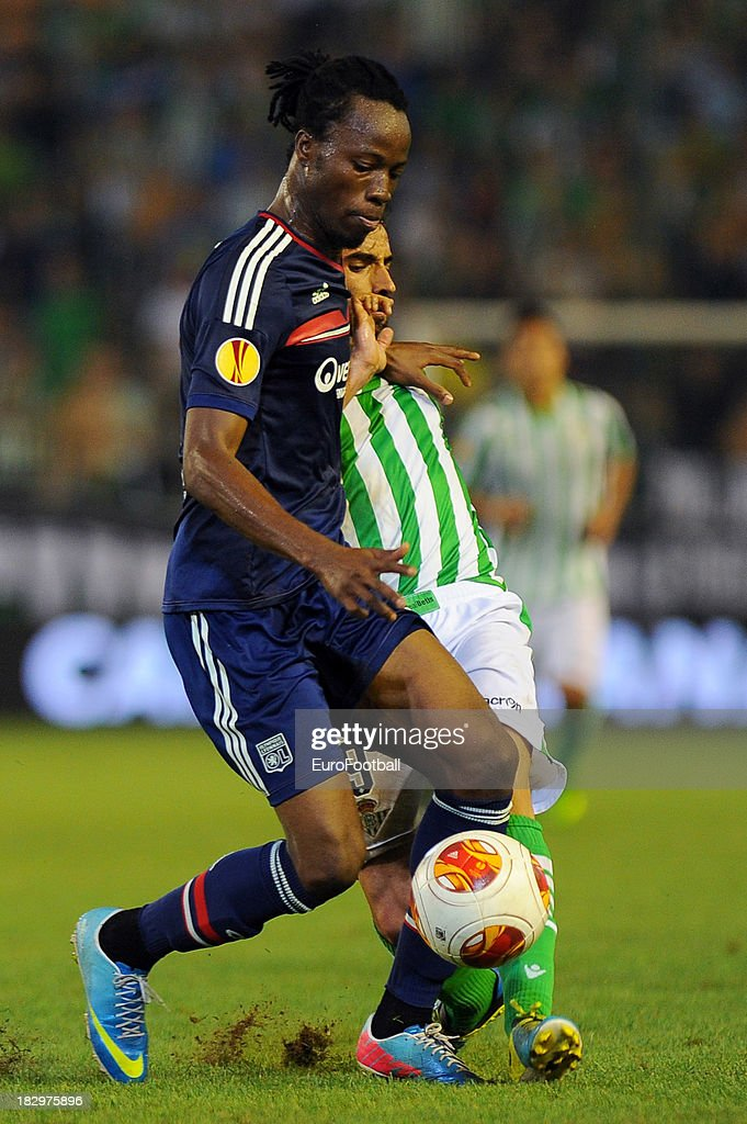 Bakary Kone (L) of Olympique Lyonnais is challenged by Chuli of Real Betis Balompie during the UEFA Europa League group stage match between Real Betis Balompie and Olympique Lyonnais held on September 19, 2013 at the Benito Villamarin Stadium, in Seville, Spain.