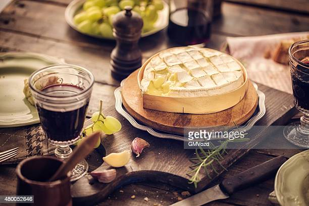 Gebackenen Camembert Käse mit Knoblauch und Rosmarin.