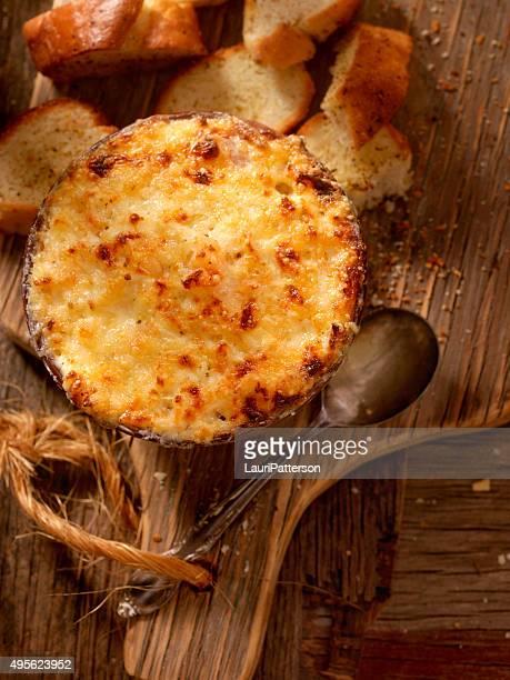 Gebackene sahniges Krabben-Dip mit drei verschiedenen Käsesorten