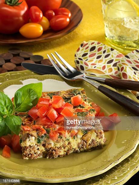 エッグ、焼きソーセージキャセロール、トマトの