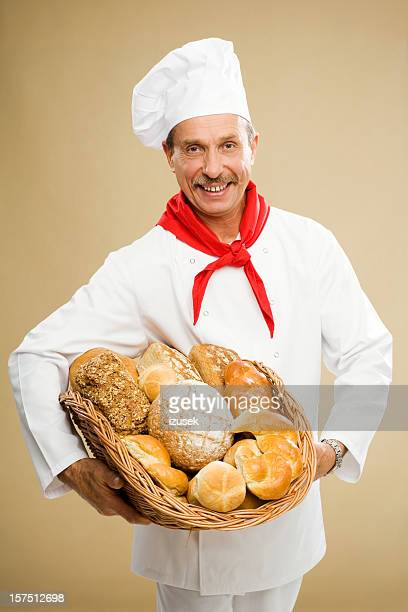 Baker tenant un panier de pains frais