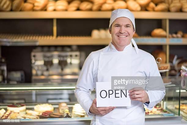 Baker con un segno aperto al forno
