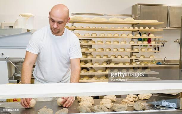 Bäcker Kneten Teig auf Tisch leavened Arbeiten