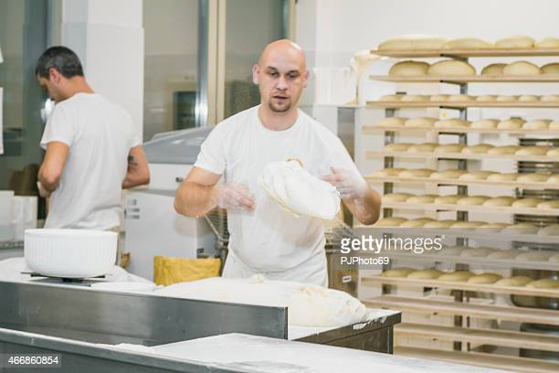 Bäcker werfen leavened Teig auf Schreibtisch