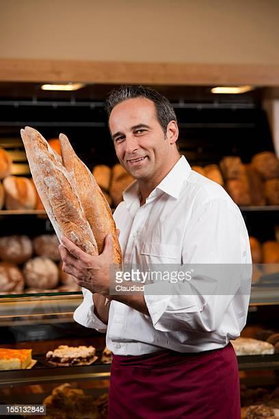 Baker avec baguette de pain