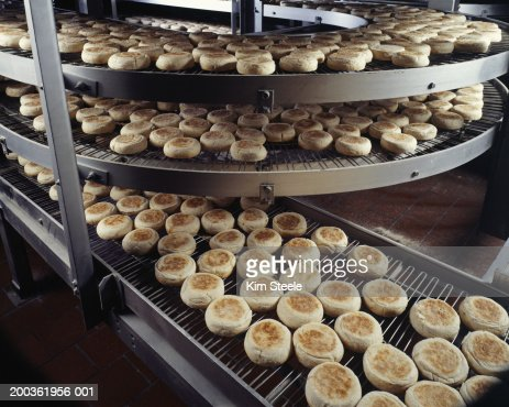 Bakery producing English muffins, elevated view : Stock-Foto
