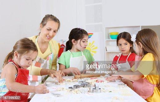 baking in preschool : Stockfoto