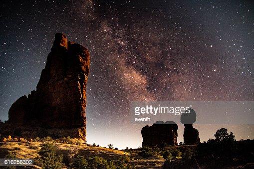 Roca equilibrada, parque nacional de los arcos, Utah : Foto de stock